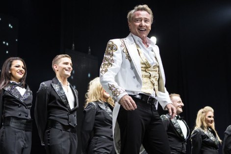 bd-lord-of-the-dance-michael-flatley-curtain-gold_1000